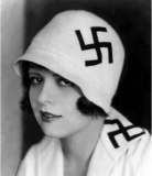 L'attrice Clara Bow con svastiche su colletto e cappello, 1920